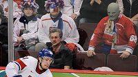 Na olympiádě ve Vancouveru Fantomas na zápasech českých hokejistů nechyběl. V Soči ale Vasil Simkovič masku známého padoucha nasadit nebude smět.