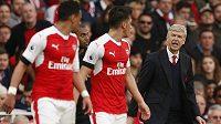 Manažer Arsenalu Arséne Wenger burcuje během šlágru proti Manchesteru City své svěřence Francise Coquelina a Mesuta Özila.