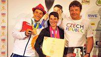 Kajakář Jiří Prskavec (vlevo) s rodiči Marcelou a Jiřím Prskavcem starším pózuje v Českém domě s bronzovou medailí z vodního slalomu.