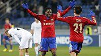 Hráči CSKA Moskva Ahmed Musa a Zoran Tošič oslavují gól v utkání s Plzní. Vzadu smutný Daniel Kolář.