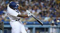Pálkař Los Angeles Dodgers trefuje nadhoz. Ilustrační foto