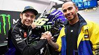 Valentino Rossi a Lewis Hamilton si vymění své stroje.