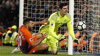 Brankář Chelsea Thibaut Courtois likviduje šanci Sergia Agüera z Manchesteru City.