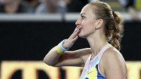 Petra Kvitová zdraví diváky po vítězném utkání s krajankou Kateřinou Siniakovou.