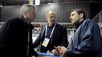 Lékaři české hokejové reprezentace Zdeněk Ziegelbauer (vlevo) a Radek Holibka (uprostřed) diskutují s brankářem Ondřejem Pavelcem.