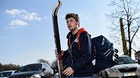 Dominik Simon přichází na sraz hokejové reprezentace ve Velkých Popovicích.