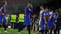 Zklamaní hráči Barcelony po prohře s Bayernem v Lize mistrů