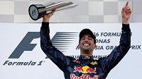 Pilot stáje Red Bull Daniel Ricciardo z Austrálie se raduje z vítězství ve Velké ceně Malajsie.
