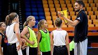 Basketbalista Tomáš Satoranský během kempu pro talentované děti v Praze.