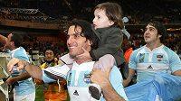 Dnes už bývalý argentinský ragbista Agustín Pichot s dcerou jásá po úspěchu v boji o třetí místo na MS 2007.