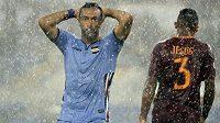 Silný déšť poznamenal i zápas 3. kola Serie A mezi AS Řím a Sampdorií Janov. Na fotce hostující útočník Fabio Quagliarella a stoper Římanů Jesus.