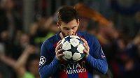 Soustředěný Lionel Messi z Barcelony před penaltou proti PSG.