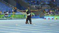 Jamajčan Usain Bolt po vítězství ve štafetě poklekl na dráhu.