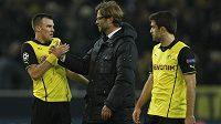 Trenér Borussie Dortmund Jürgen Klopp se raduje s Kevinem Grosskreutzem (vlevo) a Sokratisem Papastathopoulosem z postupu do čtvrtfinále Ligy misrů.