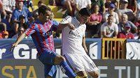 Jamese z Realu Madrid (vpravo) brání Ivan Lopez z Levante.
