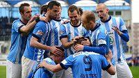 Fotbalisté Mladé Boleslavi se radují ze vstřelení gólu proti pražské Slavii, který vstřelil Pavel Šultes (s číslem 9).