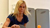 Oštěpařka Nikola Ogrodníková si při víkendovém setkání olympijského Top Teamu v Karlových Varech vyzkoušela i stolní tenis.