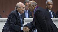 President FIFA Sepp Blatter (vlevo) na kongresu Mezinárodní fotbalové federace.