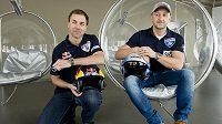 Pitoti Martin Šonka (vlevo) a Petr Kopfstein, účastníci seriálu Red Bull Air Race 2016.
