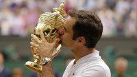 Švýcar Roger Federer líbá trofej po rekordním osmém triumfu ve Wimbledonu.