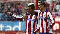Antoine Griezmann (vlevo) a Fernando Torres slaví gól v utkání proti San Sebastianu.