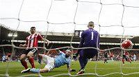 Shane Long ze Southamptonu střílí gól mezi nohy Joe Hartovi z Manchesteru City.