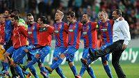 Hráči Plzně a trenér Pavel Vrba oslavují vítězství po utkání play off Ligy mistrů nad Mariborem.