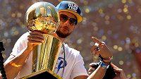 Stephen Curry s trofejí pro šampióny NBA.