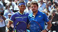 Rafael Nadal (vlevo) a Stanislas Wawrinka letos při finále French Open.