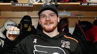 Český hokejista David Kaše pózuje s cennou trofejí v dresu Philadelphie Flyers