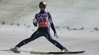Rakušan Gregor Schlierenzauer oslavuje triumf v závodu SP ve skocích na lyžích v Soči.