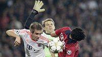Philipp Lahm (vlevo) a brankář Manuel Neuer z Bayernu čelí ataku Tulia De Melo z Lille.