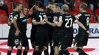 Plzeňští fotbalisté se radují z vedoucí branky proti Slavii.
