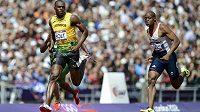 Usain Bolt (vlevo) při rozběhu olympijské stovky v Londýně.