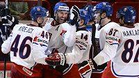 Čeští hokejisté se radují z branky Petra Nedvěda (druhý zleva) proti Itálii.