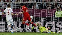A český tým prohrává s Rusy 0:2. Rychlou akci zakončil Roman Širokov, brankář Petr Čech byl bezmocný a obránce Michal Kadlec už také nestačil zakročit