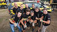 Spokojení jezdci týmu KM Racing s poháry.