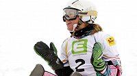 Ester Ledecká se raduje z titulu mistryně světa v paralelním slalomu.