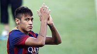 Neymar zdraví před přátelským utkáním se Santosem barcelonské fanoušky.