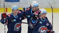 Hokejisté Chomutova se radují z gólu. Zleva David Kaše, Marek Račuk, Jakub Chrpa.