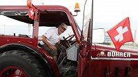 Švýcarský fanoušek Beat Studer se starým traktorem dorazil na MS do Kaliningradu.