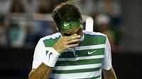Švýcar Roger Federer v Melbourne při utkání se Srbem Novakem Djokovičem.
