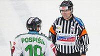 Mladoboleslavský útočník Tomáš Pospíšil v diskuzi s rozhodčím Petrem Lacinou v zápase 21. kola hokejové Tipsport extraligy.