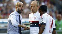 Trenér Bayernu Mnichov Pep Guardiola (vlevo) a jeho svěřenci Arjen Robben a Douglas Costa.