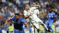 Hvězda Realu Madrid Gareth Bale (vpravo) akrobaticky zakončuje jednu z útočných akcí Bílého baletu v utkání španělské ligy proti Getafe.