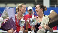 Vítězka turnaje v Kantonu Jelena Jankovičová (vpravo) a poražená finalistka Denisa Allertová.