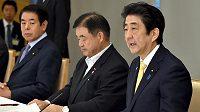 Japonský premiér Šinzo Abe (vpravo) hovoří na jednání vlády o výstavbě olympijského stadiónu.