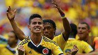 James Rodriguez (vlevo) dal první gól Kolumbie proti Pobřeží slonoviny a mohl jásat s Juanem Cuadradem.