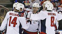 Jevgenij Kuzněcov (92) a jeho spoluhráči z Washingtonu se radují z gólu proti Edmontonu.