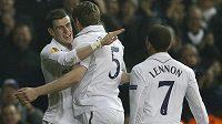 Gareth Bale (vlevo) se po boku svých spoluhráčů raduje z gólu do sítě Interu Milán.